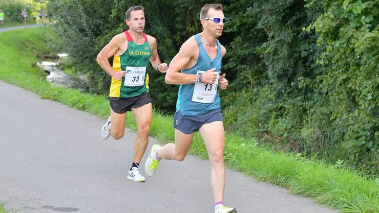 Der spätere Sieger Axel Weisheit (r.) liefert sich mit der Konkurrenz am Herbstlauf Muri ein brisantes Laufduell.