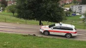 Der Polizeiwagen fährt zum Unfallort.