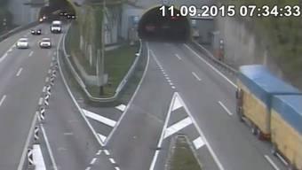 Der grosse Lastenzug rechts mit der blauen Plane fährt in den Arisdorfer Tunnel ein – doch er ist 14 Zentimeter zu hoch.