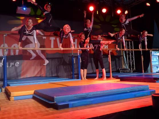 Die Damen des TV Hellikon zeigten Einlagen am Stufenbarren.