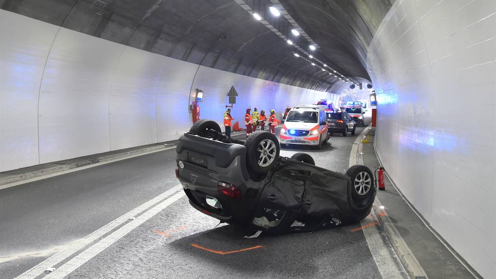 Kollision zweier Autos im Tunnel Gorda