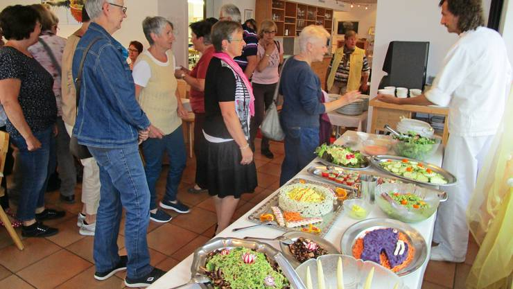 Als Dankeschön für ihr Engagement werden die Freiwilligen der Tagesstätte einen Abend lang mit exquisiter Rohkost verköstigt.