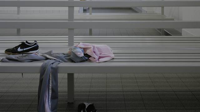 Kleider eines Mädchens in einem Umkleideraum (gestellte Aufnahme)
