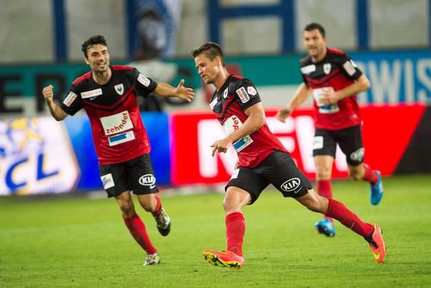 Umjubelter Torschütze: Dusan Djuric lässt sich von seinen Mitspielern feiern.