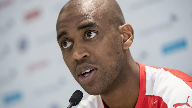 Gelson Fernandes an der Pressekonferenz: Der Schweizer Natispieler steht sinnbildlich für den Plurilingualismus, da er acht Sprachen spricht.