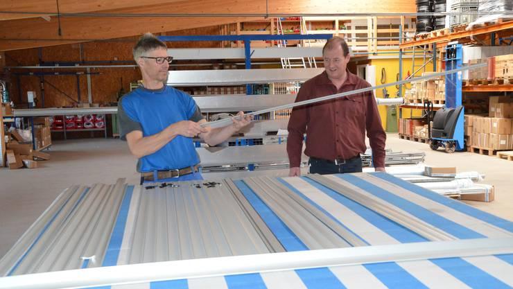 Jürg Hunziker (links) und Hanspeter Ottiger prüfen die Storenlamellen.