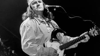 Mindestens ebenso cool wie die Fender-Gitarre: Angy Burris Büffelschädel-Gitarre der Marke Eigenbau (hier bei einem Auftritt am Westernball 1995 in Luzern) (Archiv).