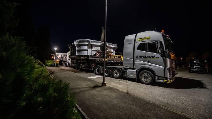 Morgens um vier Uhr steht der Lastwagen bereits vor der Werkspforte.