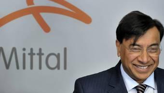 Abschreibungen für verkaufte Geschäftsbereiche sogen beim Stahlkocher ArcelorMittal für einen Einbruch des Reingewinns. Im Bild Firmenchef Lakhsmi Mittal. (Archiv).