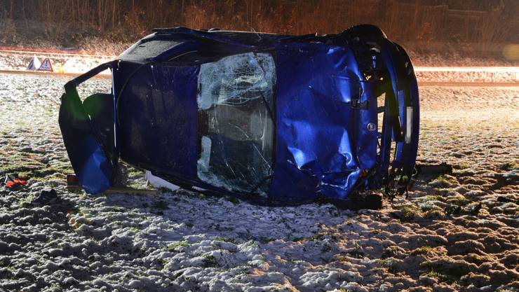 Der Wagen überschlug sich mehrfach. Die beiden Insassen wurden schwer verletzt.