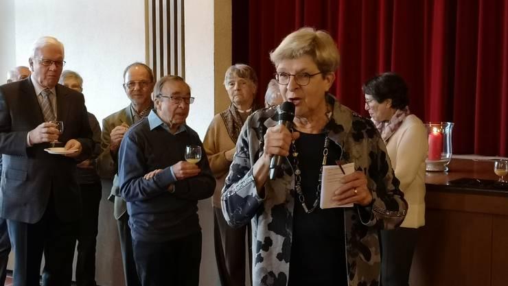 Margrit Wahrstätter, Präsidentin der Kirchenpflege, begrüsst die Gäste zum Apéro