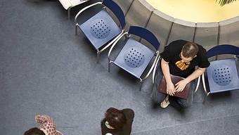 Arbeitslose warten in einem Regionalen Arbeitsvermittlungszentrum RAV auf ihren Termin (Symbolbild)