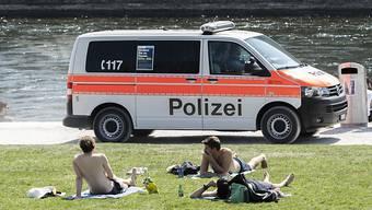 Auch an diesem Wochenende hat die Stadtpolizei Zürich die Einhaltung der Covid-Verordnung kontrolliert. Insgesamt gab es rund 50 Einsätze. (Archivbild)