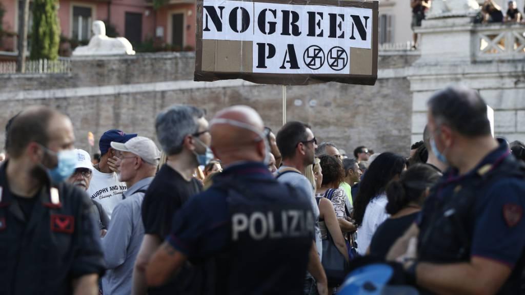 Demonstranten und Mitglieder der rechtsextremen Organisation Forza Nuova protestieren in Rom gegen Corona-Regeln. Foto: Cecilia Fabiano/LaPresse via ZUMA Press/dpa