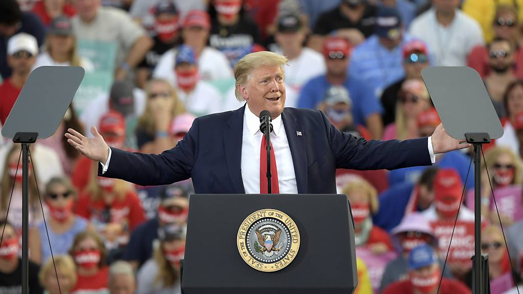 Donald Trump, Präsident der USA, spricht auf einer Wahlkampfkundgebung am Internationalen Flughafen Ocala. Foto: Phelan M. Ebenhack/AP/dpa