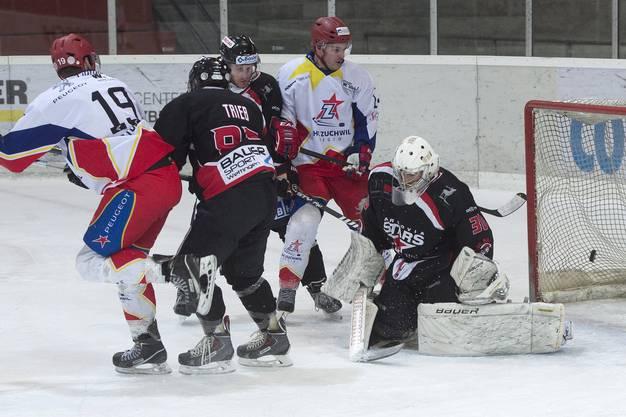 Zuchwil Rouven Renggli, links, und Fabian Steiner, rechts, bezwingen Aaraus Goalie Misko Heimann.