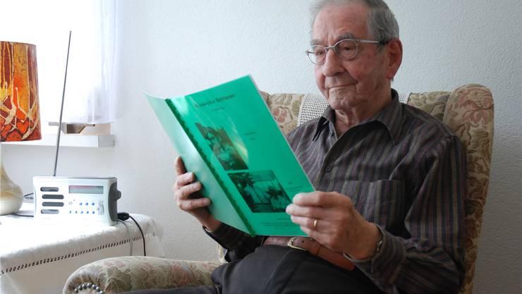Ernst Hug schwelgt in seinem Zimmer im Schlieremer Altersheim Sandbühl in Erinnerungen
