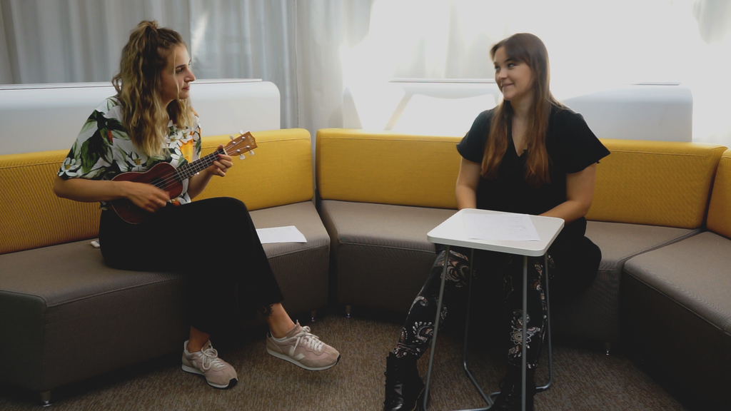 «Hold on, hold on, d'Matura isch schwer» – Joya Marleen singt das Interview