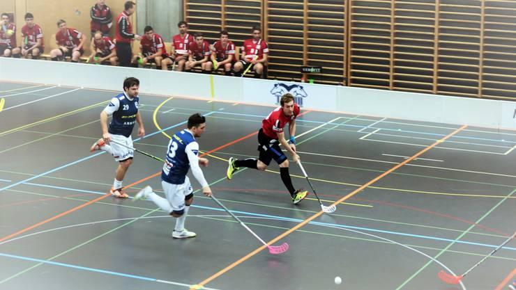 Die Deitinger mit Thomas Bieber (links) und Marc Mühlethaler (mitte) bekamen es schon in der Vorrunde mit Patrick Mendelin (rechts) von Unihockey Basel Regio zu tun.