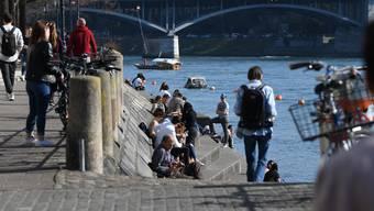 Am Rheinbord tummelten sich gestern trotz Aufruf zu Social Distancing viele Menschen.