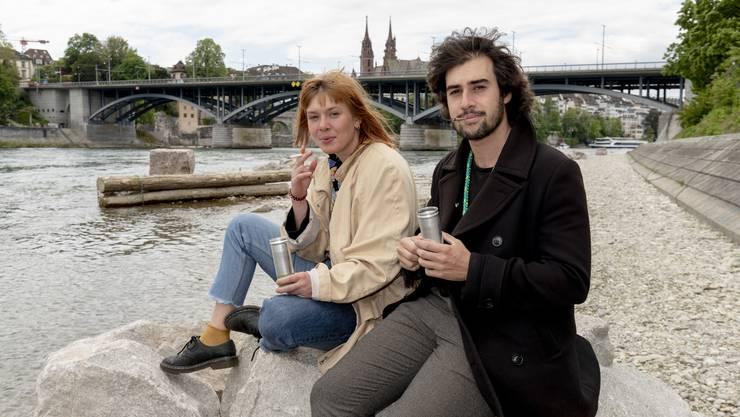 Liebe zur Umwelt: Jennifer Bühler und Noam Jenal mit den Aschenbechern.