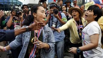 Proteste in Bangkok vor einem Wahllokal