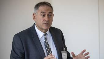 «Es ein klarer Wunsch des Grossen Rates, dass die Sicherheit für Velofahrende verbessert wird», sagt der Basler Bau- und Verkehrsdirektor Hans-Peter Wessels. (Archivbild)