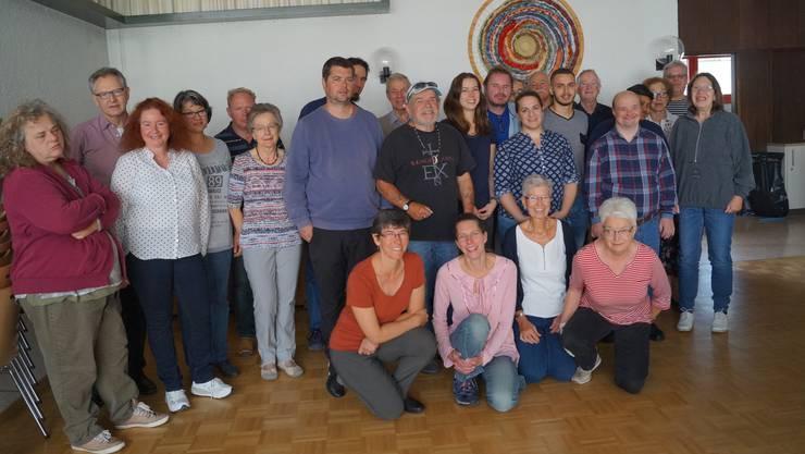 Im Eusebiushof versammelten sich Bewohner der Stiftung Schmelzi und die Helfer des Pfarreirats zum Gruppenbild anlässlich der Einladung.