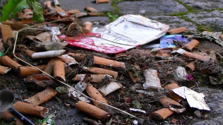 Zigarettenkippen, Kaugummis, Dosen und Fastfood-Verpackungen führen die Littering-Hitparade an. Archiv