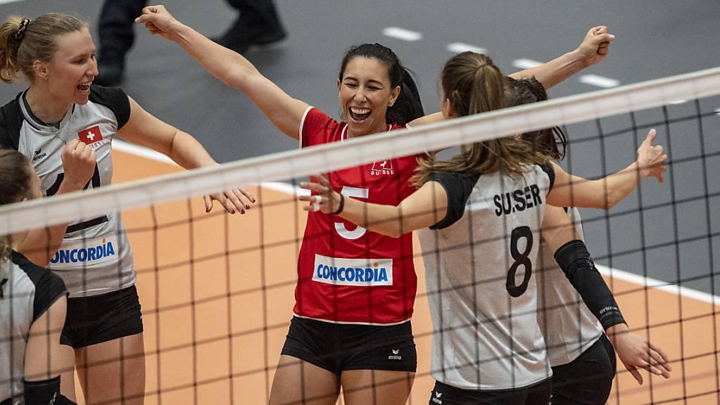 Die Schweizer Volleyballerinnen jubeln während eines Testspiels gegen Spanien am Dienstag über einen gewonnenen Punkt. Sie steigen zuversichtlich in die EM-Qualifikation
