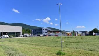 Das Baugespann in der Rickenbacher Uelismatt: Bis Ende Jahr soll das Projekt umgesetzt sein.