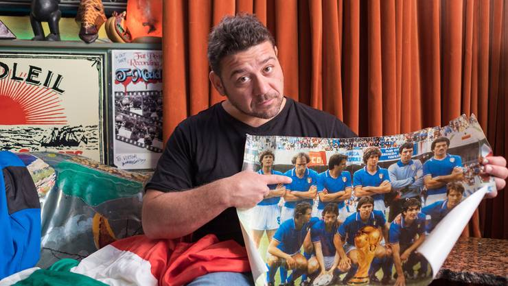 Leonardo Nigro und die italienische Weltmeistermannschaft von 1982. Das Poster hängt im Zimmer seines Sohnes. Dieser aber soll dereinst nicht für Italien, sondern für die Schweiz spielen.