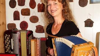 Seit 35 Jahren am Schwyzerörgeli: Beatrice Tschümperlin in ihrem Musikzimmer.Kenneth Nars
