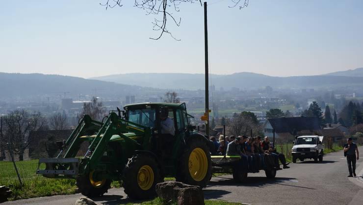 Zuerst Böllerschüsse. Dann kam der Traktor mit einigen freiwilligen Helfern fürs Holzsammeln zum Treffpunkt beim Waldeingang bei der Dicken Berta.