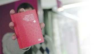Ausländerinnen und Ausländer, die in der Schweiz geboren worden sind, sollen einfacher an den Schweizer Pass kommen. Voraussetzung ist, dass schon die Eltern und Grosseltern in der Schweiz gelebt haben. (Archivbild)