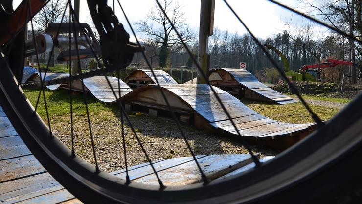 Den provisorischen Pumptrack hier auf dem Abenteuerspielplatz in Brugg braucht es wohl bald nicht mehr.