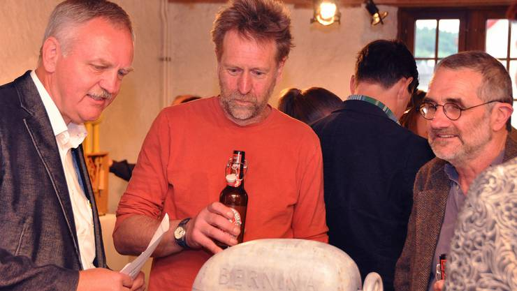 Vereinspräsident Toni Zaugg diskutiert mit den Künstlern Andy Hazell und Paul Spooner (v.l.).