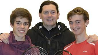 Luca Giacomelli (links) und Jeremy Moser (rechts) zusammen mit ihrem Trainer Bartholomé Szklarecki. zvg