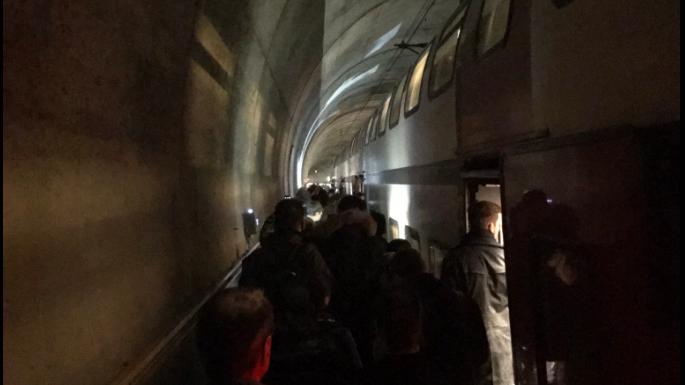 Die Zugpassagiere bei der Evakuierung aus dem Zimmerberg-Tunnel