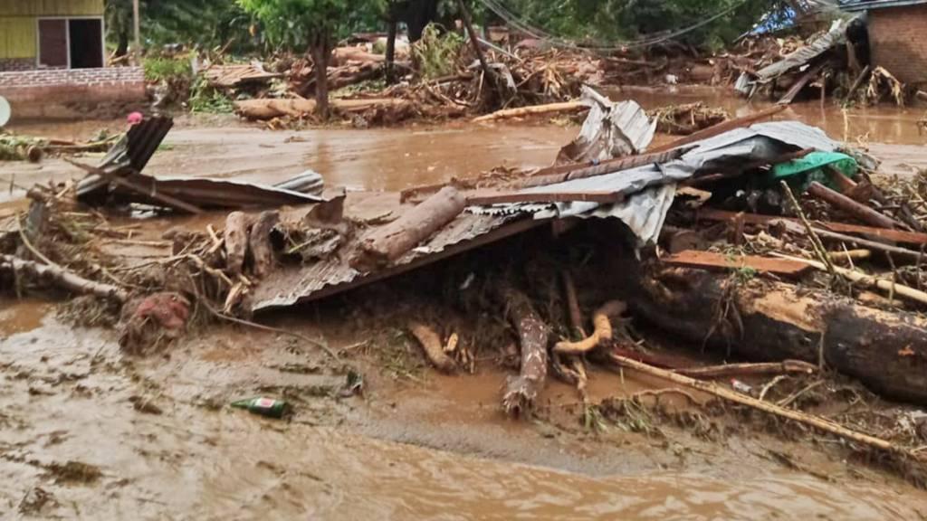 Trümmer liegen im Schlamm nach einer Sturzflut. Bei Überschwemmungen und Erdrutschen sind im Osten des Landes mindestens 23 Menschen ums Leben gekommen. Foto: Ola Adonara/AP/dpa