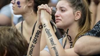 ARCHIV - Eine junge Frau weint, nachdem es während einer Protestkundgebung am Internationalen Frauentag Berichte über Frauen gehört hat, die in Curitiba häusliche Gewalt erlitten haben. Foto: Henry Milleo