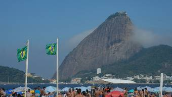 ARCHIV - Archivaufnahme: Menschen genießen einen Tag am Strand do Flamengo im Süden Rios. Foto: Tânia Rêgo/Agencia Brazil/dpa
