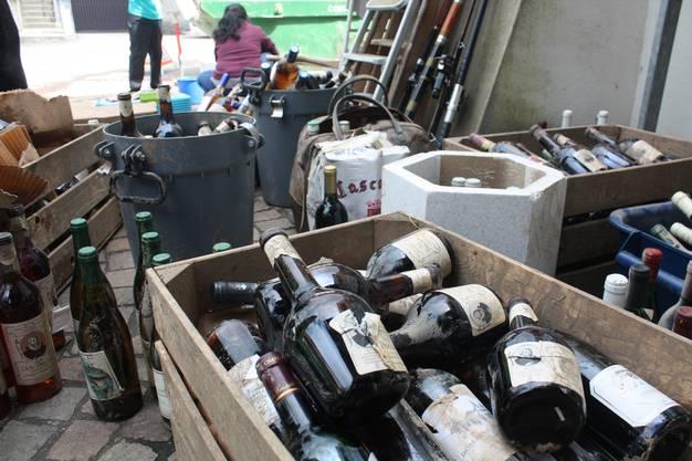 Der ehemalige Weinkeller von Peter Burgener: Flasche für Flasche muss er reinigen.