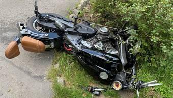 Am Abend des 22. Juli geriet ein Auto auf die Gegenfahrbahn und kollidierte frontal mit einem Motorradfahrer. Der 43-Jährige Lenker des Töffs verstarb noch auf der Unfallstelle.