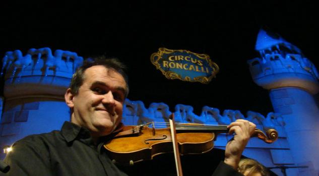 (Screenshot geigenbau.com) Christian Adam heute. Er baut nicht nur Geigen, sondern spielt sie auch erfolgreich.