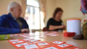 Kärtchen mit Zahlen oder Buchstaben nutzt die Aktivierungsfachfrau in der Oltner Tagesstätte Sonnegg, um das Gehirn der Gäste zu fordern.