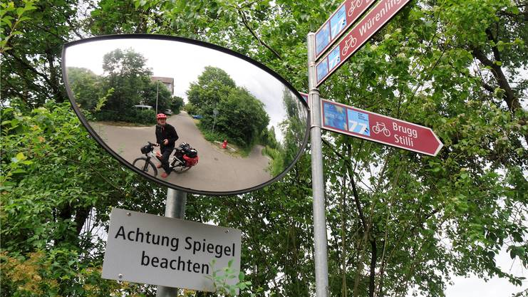 Der Autor im Spiegelbild: Eddy Schambron unterwegs mit seinem E-Bike auf der kantonalen Veloroute 77.