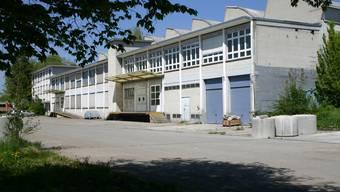 Auf dem ehemaligen Fabrikareal an der Obfelderstrasse 35 bis 37 plant Hornbach einen Bau- und Gartenmarkt. Wann werden die alten Gebäude geschleift? (Bild Werner Schneiter)
