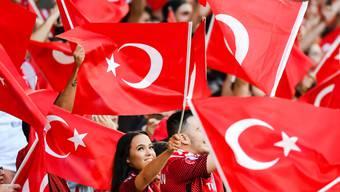 Türkische Fans - hier bei der EM 2016 in Frankreich - wollen in sieben Jahren im eigenen Land eine EM-Endrunde besuchen können