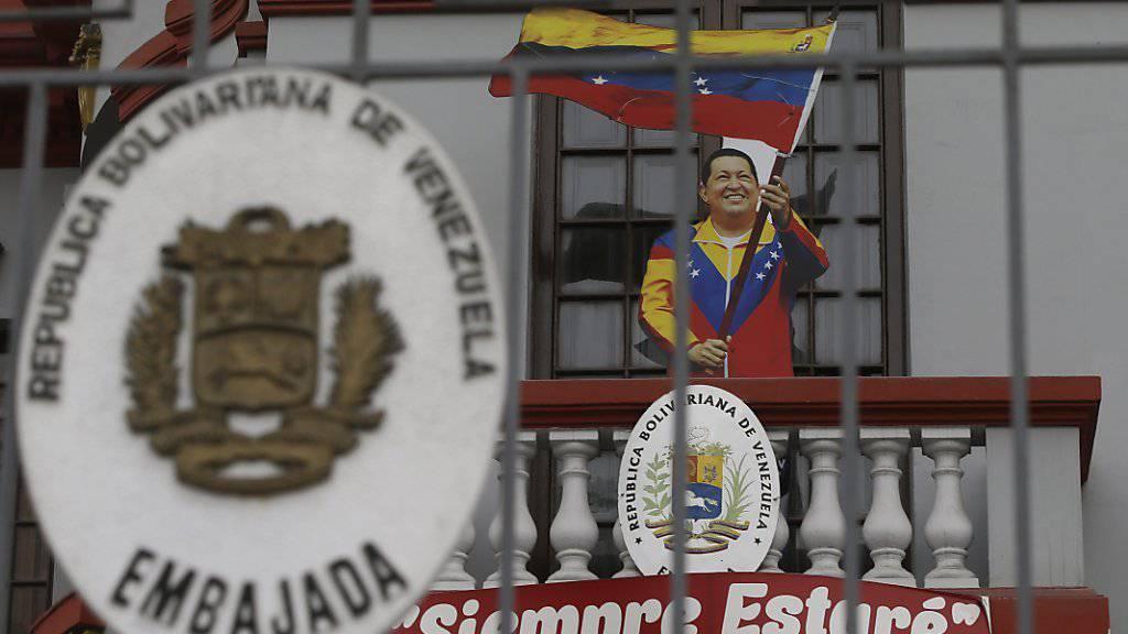 Chavez-Attrappe auf dem Balkon der venezolanischen Botschaft in Lima